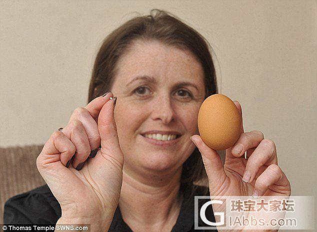 """英国妇女早餐煮鸡蛋 吃出一颗""""宝石"""""""